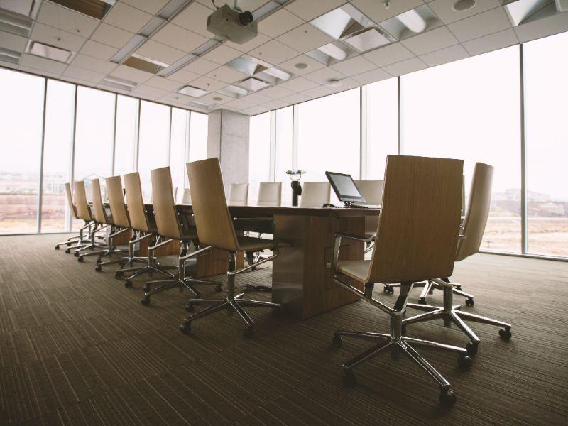 Bedrijf huurt grotere vergaderzaal door corona-maatregelen
